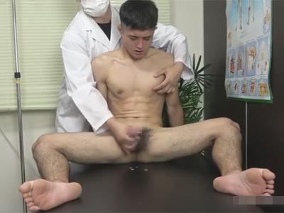 【ゲイ動画】エッチな診察を受けるレスリングをやっているノンケ!仮性包茎チンポの皮を剥き手コキで精子と潮を搾り取りケツにも悪戯する!