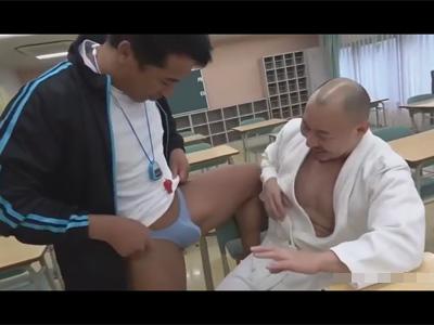 【ゲイ動画】生徒の過激な下着に悩んでいた柔道部顧問…!そこに同僚の体育教師がやってきて彼に犯されているところを妄想してしまう!
