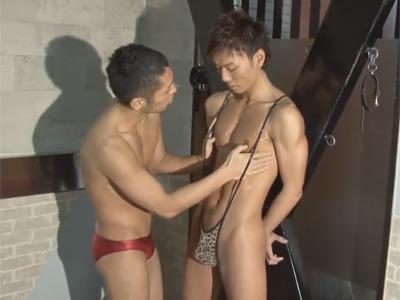 【ゲイ動画】可愛い系のスジ筋イケメンがオイルまみれで全身を開発されてアナルセックスで激しいピストンを受けることになる!