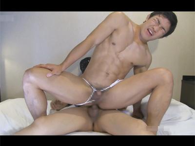 【ゲイ動画】Tバックを身にまとうマッチョな男がTバックをずらされながらアナルセックスで果てることになる!