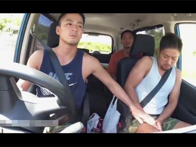 【ゲイ動画】南の島を1人旅行中のスポメンが道に迷いヒッチハイク!乗せてくれた車の2人組はゲイだったようで車内で身体を弄ばれてしまう…!