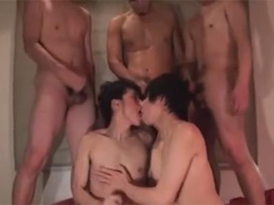 【ゲイ動画】2人の可愛い系の男が3人のゴーグルマンたちとの乱交を楽しんで激しいピストンで犯されることになる!