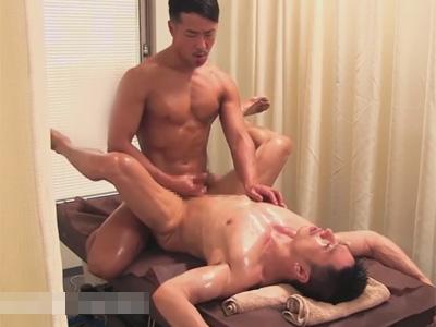 【ゲイ動画】全裸姿でマッサージを受けていた男がカーテン越しにほかの男がいる状態でアナルセックスで昇天させられることになる!