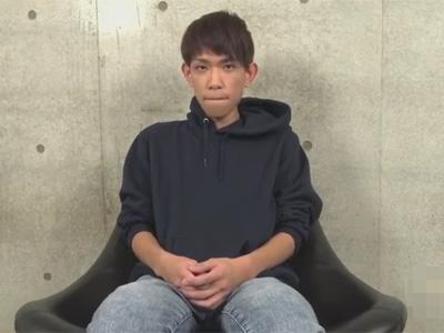【ゲイ動画】痩せている可愛い系の男が椅子に座った状態でゴーグルマンに激しく体をいじられ続けることになる!