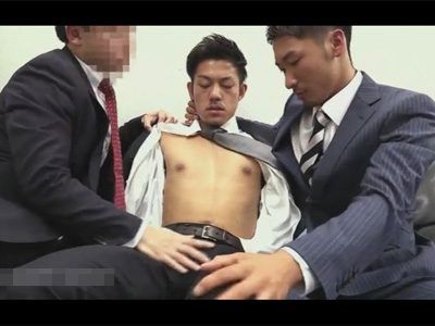 【ゲイ動画】面談を受けていたイケメンリーマンが2人の上司たちに詰められ体を淫乱に攻められてアナルセックスでもてあそばれることになる!