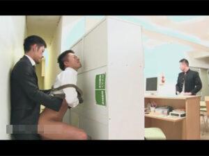 【ゲイ動画】図書館にいたスーツ姿の男がエプロン姿の職員の男とスリルを感じながらアナルセックスをしまくる!
