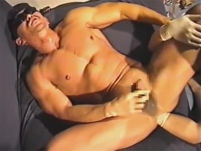 【ゲイ動画】マッチョなドMゴーグルマンがフィストファックをされてからアナルセックスで犯されて昇天することになる!